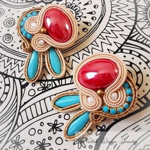 Sújtás fülbevaló piros kerámia kabosonnal, Pötty fülbevaló, Fülbevaló, Ékszer, Ékszerkészítés, Különleges színű és formájú piros köves fülbevaló, 4.5 cm. Arany és beige sújtászsinórokkal. Diszdob..., Meska