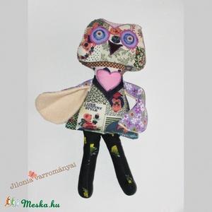 lila mintás bagoly , Játékfigura, Játék, Gyerek & játék, Baba, babaház, Varrás, Saját tervezésű egyedi bagoly. Ez egy készült belőle. ;)\nPamutvászon anyagból, gomb szemekkel.\nMosha..., Meska