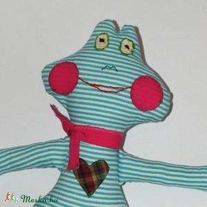 Zöld-fehér csíkos  Béka hölgy, Játék, Gyerek & játék, Plüssállat, rongyjáték, Játékfigura, Varrás, Baba-és bábkészítés, Zöld-fehér csíkos pamutvászon anyagból varrtam... saját tervezésű szabásminta alapján készült. Arcát..., Meska