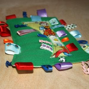 zöld, bohócos babajáték címkerongyi, Gyerek & játék, Játék, Baba játék, Plüssállat, rongyjáték, Varrás, Zöld polár anyagból varrtam sok-sok szalaggal, vastag flízre szteppeltem, hátoldala bohócos mintás p..., Meska