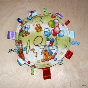 kör bohócos zöld babajáték címkerongyi, Alvóka & Rongyi, 3 éves kor alattiaknak, Játék & Gyerek, Varrás, Kétféle zöld áranyalatú pamutvászon anyagból varrtam sok-sok szalaggal.Vastag flízre szteppelve.\nTöb..., Meska