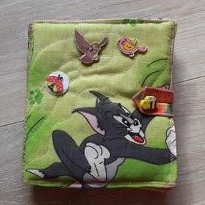 Tom és Jerry-s  interaktív puha könyv     textil könyv   babakönyv  Okoskönyv , Textilkönyv & Babakönyv, Játék & Gyerek, Varrás, Patchwork, foltvarrás, Textilkönyv színes képekkel szalagokkal gombokkal. Egyedi darab. Ez az 1 készült belőle.\nInteraktív...., Meska