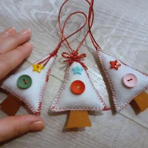 3db kis karácsonyfadísz , Karácsony & Mikulás, Karácsonyfadísz, Varrás, Ékszerkészítés, 3 db filcből készült kis karácsonyfa, gombokkal díszítve. \nMosható töltőanyaggal töltöttem. \n..., Meska