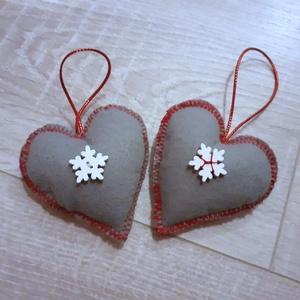 2 db filcből szívecske karácsonyfadísz, Otthon & Lakás, Karácsony & Mikulás, Karácsonyi dekoráció, Varrás, 2db filcből készült szívecske hópehely gombokkal díszítve. , Meska