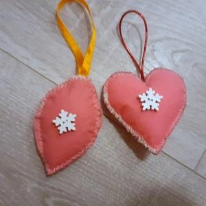2db rózsaszín filc szív karácsonyfadísz , Otthon & Lakás, Karácsony & Mikulás, Karácsonyfadísz, Varrás, Filcből varrtam gombokkal  díszítve, szatén szalag akasztóval.\n\nMosható tömőanyaggal töltve. \n..., Meska