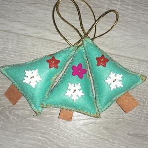 3 db kis karácsonyfa filc karácsonyfadísz , Karácsony & Mikulás, Karácsonyfadísz, Varrás, Filc anyagból varrtam gombokkal díszítve, szatén szalag akasztóval.\n\nMosható tömőanyaggal töltve. \n..., Meska