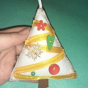 Sárga-fehér filc karácsonyfadísz színes gombokkal - karácsony - karácsonyi lakásdekoráció - karácsonyfadíszek - Meska.hu