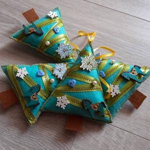 4 db -os filc karácsonyfadísz csomag, Otthon & Lakás, Karácsony & Mikulás, Karácsonyfadísz, Varrás, Patchwork, foltvarrás, Filcből varrtam gombokkal szalaggal díszítve.\nMinden varrva van rajta semmi nem ragasztott.\n12*10cm..., Meska