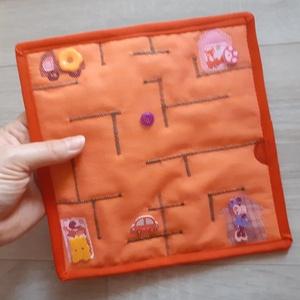 Labirintus készségfejlesztő játék, Játék & Gyerek, Készségfejlesztő & Logikai játék, Varrás, \n20*20 cm-es labirintus játék, vékony, de erős tüll anyag alatt gombok, gyöngyök tologathatóak az ak..., Meska