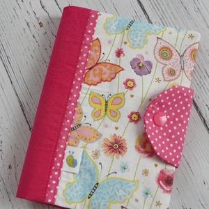 Egészségügyi kiskönyv borító - Pillangók pinkkel, Gyerek & játék, Baba-mama kellék, Varrás, Patchwork, foltvarrás, A gyerkőc egészségügyi kiskönyvének tárolására készül a borító. A kiskönyv nem gyűrődik, koszolódik,..., Meska