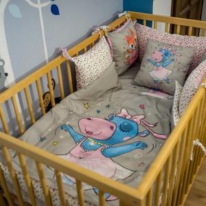 Baba ágynemű huzat-- Bella, a vízilókislány, Ágynemű, Lakástextil, Otthon & Lakás, Varrás, A MiniFun kollekció bájos figurái kisbabád kiságyába is beköltöznek. Az élénk színek fejlesztő hatás..., Meska