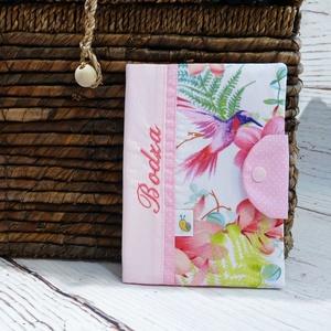 Egészségügyi kiskönyv borító - Kolibri (rózsaszín), Gyerek & játék, Baba-mama kellék, Varrás, Patchwork, foltvarrás, A gyerkőc egészségügyi kiskönyvének tárolására készül a borító. A kiskönyv nem gyűrődik, koszolódik,..., Meska
