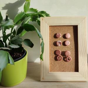 Gyurma fülbevaló, Ékszer, Fülbevaló, Gyurma, Ékszerkészítés, Rózsaszín márványos fülbevaló szett süthető gyurmából. Egyedi, kézzel készült.\nÁtmérő: 1,5 cm.\nLógós..., Meska