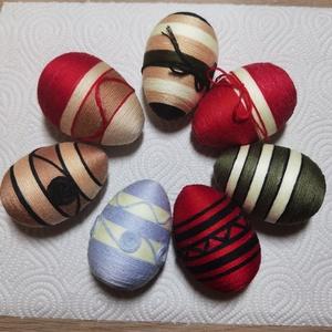 Húsvéti tojás, Otthon & Lakás, Dekoráció, Hímzés, Decoupage, transzfer és szalvétatechnika, Húsvéti tojás, ami fészekben is jól mutat, illetve ajándéknak is kíváló.\n7 db 6 cm-es hímzőfonallal ..., Meska