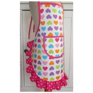 Lánykötény (szívecske és pink, 6-7 év), Otthon & lakás, Konyhafelszerelés, Kötény, Varrás, Igazi színes, vidám kötényt készítettem ma reggel.\nAz alapja egy szívecskemintás kevert vászon, mely..., Meska