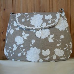 Fehér virágos - válltáska, Táska & Tok, Kézitáska & válltáska, Válltáska, Virág mintás vászon anyagból varrtam táskát, amit farkasfoggal díszítettem. Jól pakolható táska szül..., Meska