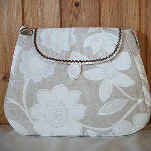 Fehér virágos - válltáska, Táska & Tok, Kézitáska & válltáska, Válltáska, Fehér virág mintás vászon anyagból varrtam táskát, amit farkasfoggal díszítettem. Jól pakolható tásk..., Meska