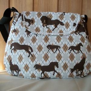 Lovas - válltáska, Táska & Tok, Kézitáska & válltáska, Válltáska, Varrás, Lovas vászon anyagból varrtam táskát, amit farkasfoggal díszítettem.\nJól pakolható táska született.\n..., Meska