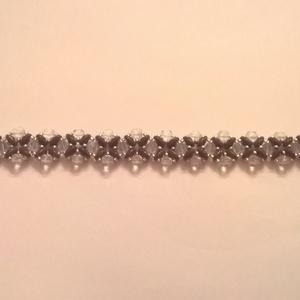 Lila karkötő csiszolt gyöngyökkel, Ékszer, Karkötő, Gyöngyfűzés, gyöngyhímzés, Lila superduoból, ezüst kásagyöngyből és átlátszó cseh csiszolt gyöngyből készült karkötő.\nHossza: 1..., Meska