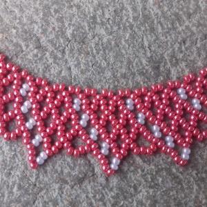 Piros - kagylófehér gyöngygallér, Ékszer, Nyaklánc, Piros és kagylófehér cseh kásagyöngyből készült gyöngygallér. Hossza: 36,5 cm + 5 cm lánchosszabbító..., Meska