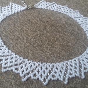 Fehér - ezüstközepű átlátszó gyöngygallér, Ékszer, Nyaklánc, Fehér és ezüstközepű átlátszó cseh kásagyöngyből készült gyöngygallér. Hossza: 37 cm + 5 cm lánchoss..., Meska