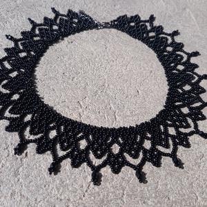 Fekete gyöngygallér, Ékszer, Nyaklánc, Fekete cseh kásagyöngyből és csiszolt gyöngyből készült gyöngygallér. Hossza: 37 cm + 4 cm lánchossz..., Meska