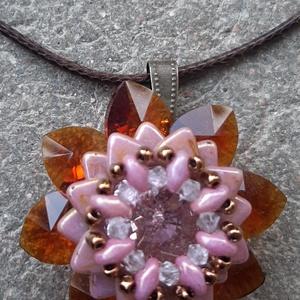Virág medál, Ékszer, Medál, Gyöngyfűzés, gyöngyhímzés, Virágformájú medál, melyben üveg szív gyöngyök, cseh és japán gyöngyök, illetve egy üveg rivoli talá..., Meska