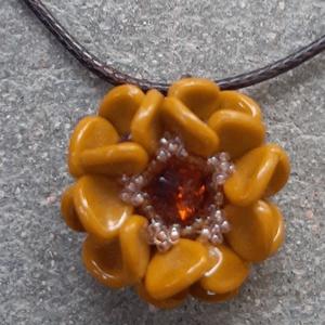 Virág medálka, Ékszer, Medál, Gyöngyfűzés, gyöngyhímzés, Különleges medál, mely japán és cseh gyöngyökből és egy swarovski rivoliból készült.\n\nMedál szélessé..., Meska