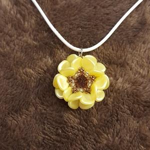 Virág medálka, Ékszer, Karkötő, Gyöngyös karkötő, Gyöngyfűzés, gyöngyhímzés, Különleges medál, mely japán és cseh gyöngyökből és egy swarovski rivoliból készült.\n\nMedál szélessé..., Meska