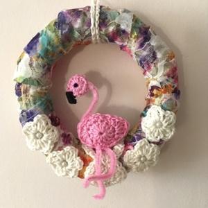 Flamingós ajtókopogtató/ falidísz, Otthon & lakás, Dekoráció, Lakberendezés, Ajtódísz, kopogtató, Dísz, 15 cm-es átmérőjű szalmakoszorút használtam alapként, amelyet csipkeszerű anyaggal körbetekertem, s ..., Meska
