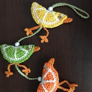 Horgolt gyümölcs madarak (citrus)/ függő dekoráció, Otthon & lakás, Dekoráció, Lakberendezés, Ajtódísz, kopogtató, Catania fonalból készült citrus színű madarakból álló függő dekoráció. Mérete: 43 cm hosszú. Madarak..., Meska