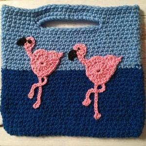 Flamingós  horgolt táska/ ajándéktáska, Táska & Tok, Kézitáska, Kézitáska & válltáska, Sötétkék-világoskék alapon, rózsaszín horgolt flamingó applikációval díszített skandináv jellegű kéz..., Meska