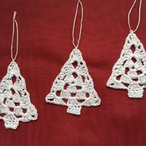 Horgolt karácsonyfadísz fenyő, Karácsonyfadísz, Karácsony & Mikulás, Horgolás, Horgolt fenyőfa karácsonyfadísz fehér 100 % pamut horgolócérnából. Kézműves termék.\n\n\nMagasság: 8 cm..., Meska