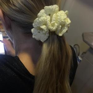 Horgolt hajgumi vajszínű, Ruha & Divat, Hajgumi, Hajdísz & Hajcsat, 4, 5 cm átmérőjű, jó rugalmasságú pasztell színű hajgumit horgoltam be vajszínű fonallal. A hajba va..., Meska