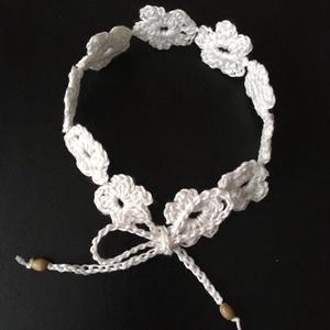Horgolt bokadísz , Ékszer, Bokalánc, lábgyűrű, Fehér 100% pamut horgolócérnából készült virágmotívumos bokapánt, 13 cm-es megkötővel, melyet egy fa..., Meska