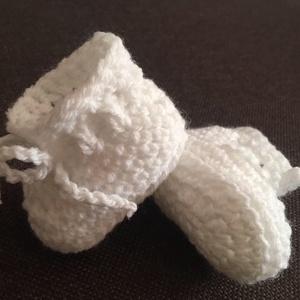 Horgolt babacipő újszülött méret , Ruha & Divat, Babacipő, Babaruha & Gyerekruha, Puha babafonalból készült horgolt fehér cipőcske újszülött babáknak. Talpméret:8 cm (enged még picit..., Meska