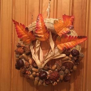 Őszi ajtódísz, Otthon & Lakás, Dekoráció, Ajtódísz & Kopogtató, 20 cm átmérőjű szalmakoszorú gyűjtött termésekkel és őszies színű dekor levéllel díszítve. ..., Meska