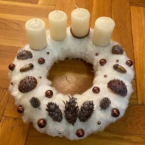 Adventi koszorú szőrmés , Karácsony & Mikulás, Adventi koszorú, Virágkötés, 25 cm-es szalmakoszorú alap fehér szőrmével bevonva (27 cm átmérő),bronz és fahéj színű termés és gy..., Meska