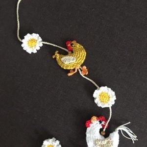 Tavaszi/ húsvéti ajtódísz, Otthon & Lakás, Dekoráció, Ajtódísz & Kopogtató, Kakas, tyúk és margaréta motívumos tavaszi ajtódísz. A kakas és a tyúk amigurumi technikával készült..., Meska