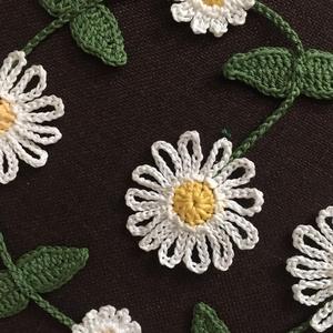 Tavaszias ajtódísz daisy, Otthon & Lakás, Dekoráció, Ajtódísz & Kopogtató, Margarétás függő ajtódísz pamut horgolófonalból. a virágok átmérője 7 cm. A teljes hossz 80 cm...., Meska