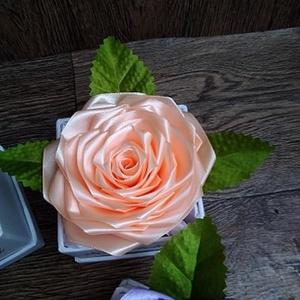 díszdobozos rózsa, Egyéb, Otthon & lakás, Dekoráció, Dísz, Virágkötés, áRA 2450\n\nA képeken látható szatén belsővel ellátott  díszdobozos ajándékok vannak.\nA rózsákat szaté..., Meska