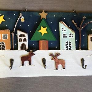 Karácsonyi akasztó, Karácsony, Otthon & lakás, Gyerek & játék, Famegmunkálás, Festett tárgyak, Falapot festettem le, faházikókkal, fával, faágakkal díszítettem, lakkoztam és 3 akasztót csavarozta..., Meska