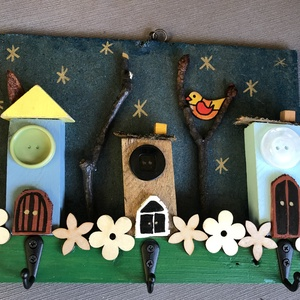 Madárkás akasztó, Karácsony, Otthon & lakás, Gyerek & játék, Famegmunkálás, Festett tárgyak, Falapot festettem le, faházikókkal, fával, faágakkal díszítettem, lakkoztam és 3 akasztót csavarozta..., Meska