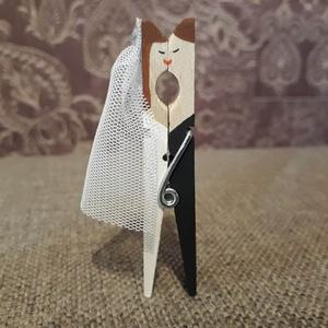 Csipesz esküvői pár, ültetőkártya-tartónak, köszönő ajándéknak..., Esküvő, Esküvői dekoráció, Meghívó, ültetőkártya, köszönőajándék, Szerelmeseknek, Ünnepi dekoráció, Dekoráció, Otthon & lakás, Festett tárgyak, Fa ruhacsipeszből készítettem a csókolózó esküvői párokat. Személyre szabottan kérésre változtatható..., Meska