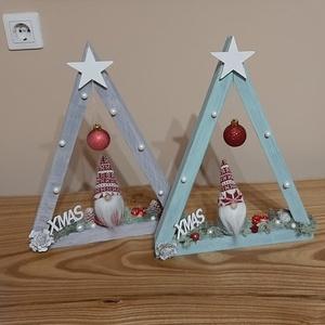 Karácsonyi háromszög álló asztali dekor vagy függő ajtódísz manóval, Otthon & Lakás, Karácsony & Mikulás, Karácsonyi dekoráció, Festett tárgyak, Ez a karácsonyi dekoráció az asztalon álló dekorként vagy az ajtón kopogtató díszként is funkcionálh..., Meska