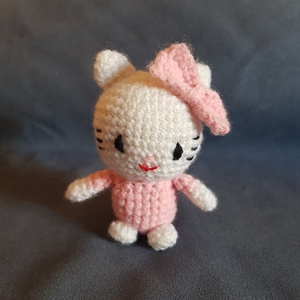 Hello Kitty , Játék & Gyerek, Plüssállat & Játékfigura, Cica, Horgolás, Horgolt/Amigurumi technikával készült apró Hello Kitty figura. :)\nKevert fonalból, mosható töltőanya..., Meska