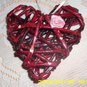 Valentin napi szivecske, Szerelmeseknek, Ünnepi dekoráció, Dekoráció, Otthon & lakás, Papírművészet, Újrahasznosított alapanyagból készült termékek, Kézzel készített szívecske. Drót és papír felhasználásával, Rajta kis rózsa, selyem szalagból...., Meska