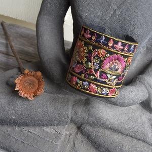 Indiai szári betétes olasz marhabőr széles karkötő, Egzotikus női karkötő II - Meska.hu