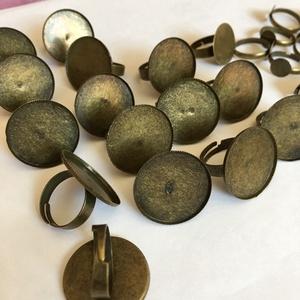 Réz Gyűrű alap , Gyöngy, ékszerkellék, Egyéb alkatrész, Ékszerkészítés, Réz Gyűrű alap , 2 féle.\nÁllítható ujjméret.\nNagyobb - 15 db .\nA kör átmérője : 2,5 cm\nKisebb - 21 d..., Meska