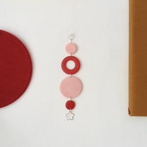 Piros-rózsaszín süthető gyurma falidísz, Falra akasztható dekor, Dekoráció, Otthon & Lakás, Gyurma, Kézzel készült fali dekoráció.\nPiros és rózsaszín süthető gyurmából készítettem.\nMérete:  15cm x 4cm..., Meska